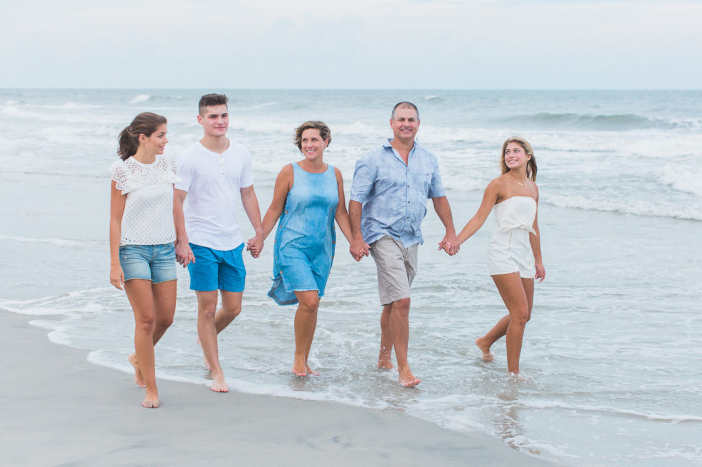 Family-of-five-holding-hands-while-walking-on-the-beach-at-Pawleys-Island